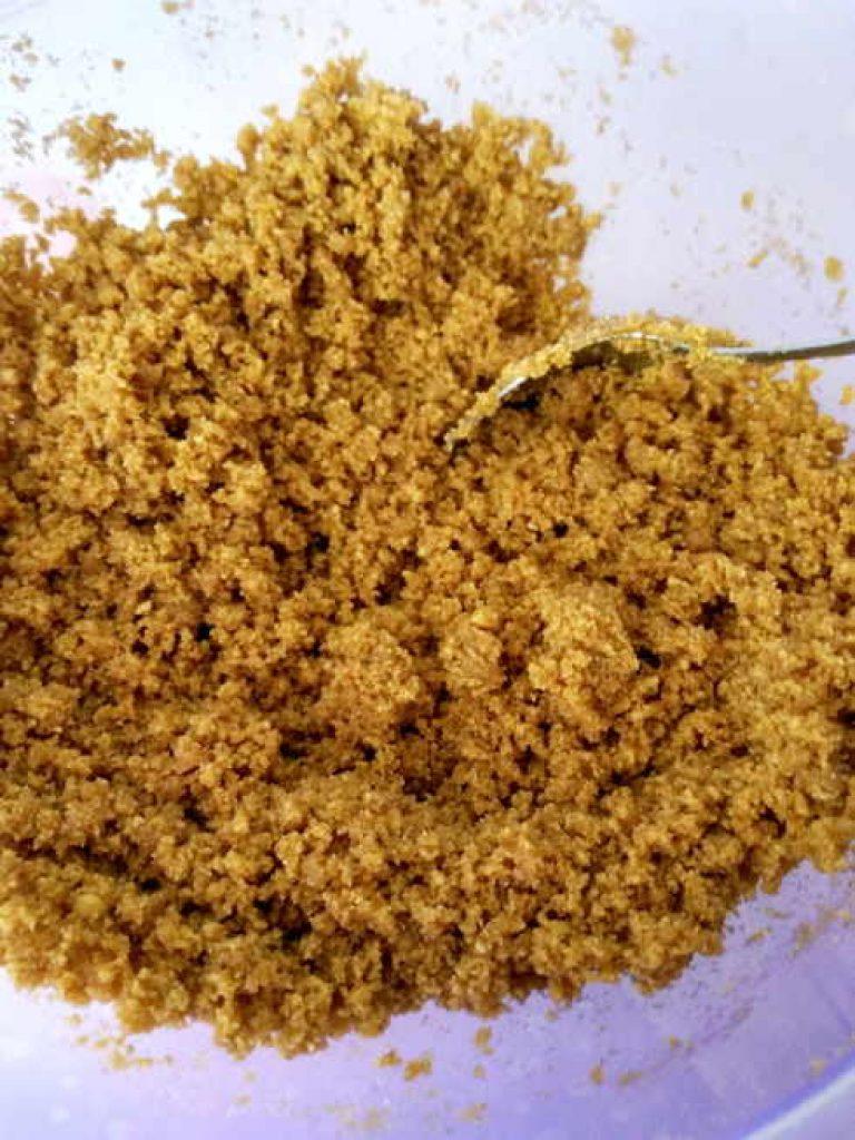 Ingredientes en polvo y mantequilla mezclados