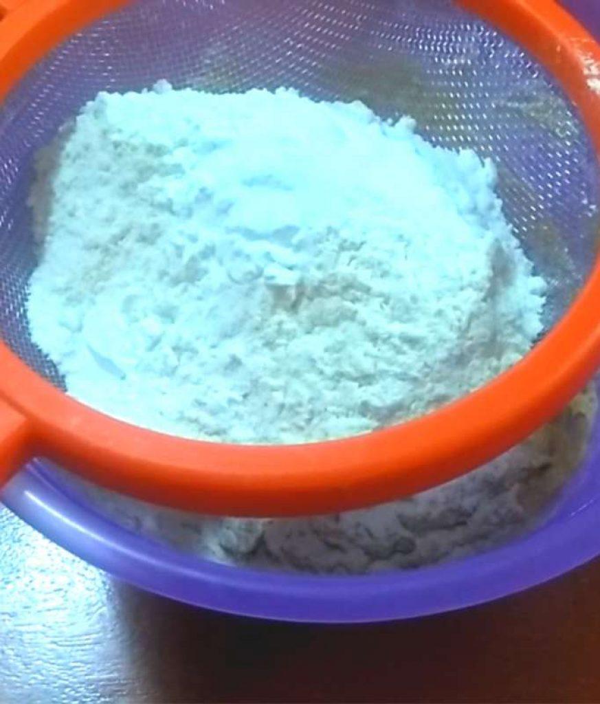 Pasa los ingredientes secos por un colador